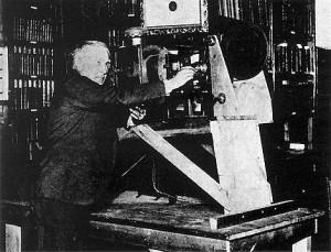 Ο Thomas Edison δοκιμάζει τον κινηματογραφικό προβολέα