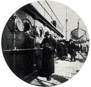 Ο George Eastman (Kodak) με την πρώτη μηχανή Kodak, 1890.