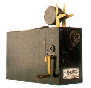 """Ο """"κινηματογράφος"""" που παρουσίασαν το 1895 ο Ογκιστέν και ο Λουί Λουμιέρ"""